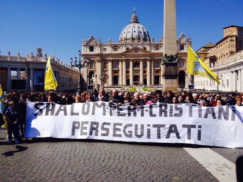 Papa Francesco saluta i pellegrini Shalom al termine della Staffetta Solidale per i cristiani perseguitati.